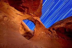 trilhas de estrelas do arco do deserto foto