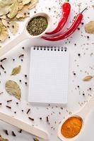 especiarias, caderno, pimenta vermelha foto