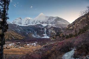 montanha sagrada yangmaiyong com floresta de outono ao anoitecer foto