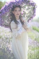 menina bonita ao ar livre em um campo de flores de lavanda foto