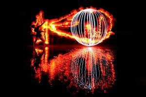 imagens de luz noturna pintadas com cores e fogo foto
