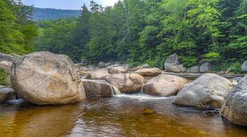 verão no rio rápido cai no início da manhã foto