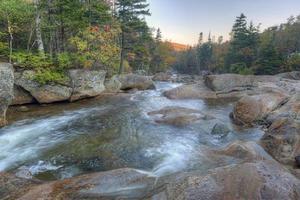 verão no rio rápido, meio outono no início da manhã foto