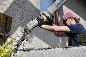 concretagem das paredes utilizando uma máquina de bomba durante a construção da casa foto