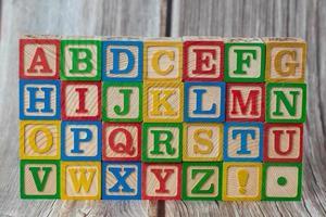 bloco de madeira de educação para criança foto