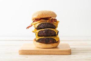 hambúrguer ou hambúrguer de carne com queijo, bacon e batatas fritas foto