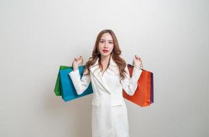 retrato de uma linda mulher asiática segurando uma sacola de compras foto