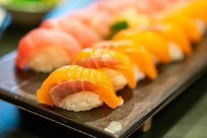 salmão fresco sushi cru no prato foto
