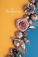 letras de ação de graças feliz com abóboras de ouro plana leigos e bolotas sobre um fundo turquesa. saudação criativa foto