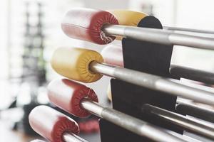 diversos equipamentos e máquinas na sala de ginástica foto