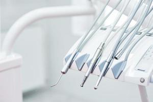 ferramentas e brocas no consultório odontológico. o conceito de saúde e beleza foto