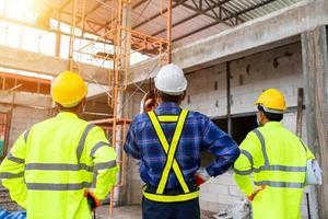 construção, a engenharia por trás e o trabalhador no canteiro de obras foto