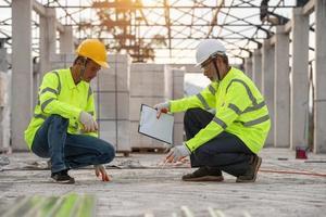 inspeção de qualidade de pisos de cimento por engenheiros supervisores e trabalhadores foto
