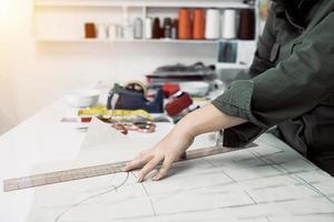 alfaiate trabalho de design para roupas na alfaiataria foto