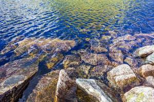 fluindo lindo rio lago com pedras e rochas de vang noruega foto
