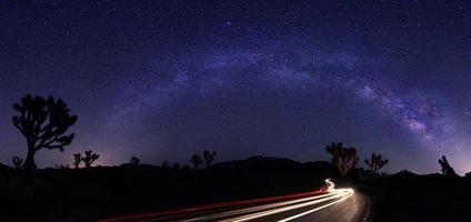 paisagem pintada de luz do panorama de estrelas da Via Láctea foto
