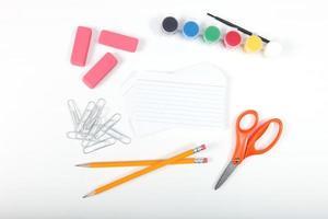 material de escritório escolar em um fundo branco foto
