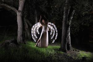 luz de menina pintada no deserto sob o céu noturno foto