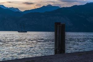 pôr do sol no Lago Garda. malcesina. foto