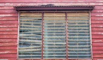 parede de madeira e janela da velha casa foto