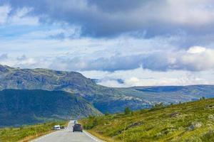 dirigindo pela Noruega em vista de verão de montanhas e florestas foto