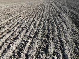 campo arado de trator e terra arável foto