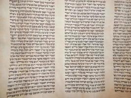 clássicos antigos do livro da torá religiosa foto