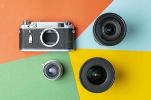 câmera de filme com lentes modernas em um fundo colorido, digital versus filme, conceito de renderização de cores foto