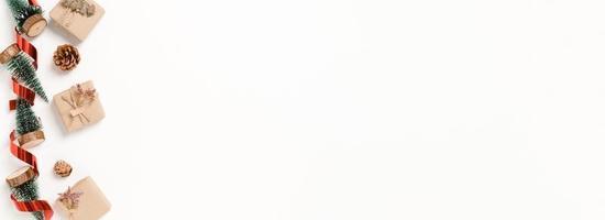 postura plana criativa de composição tradicional de Natal e temporada de férias de ano novo. decoração de Natal de inverno vista superior em fundo branco. banner panorâmico com espaço de cópia de texto e publicidade. foto