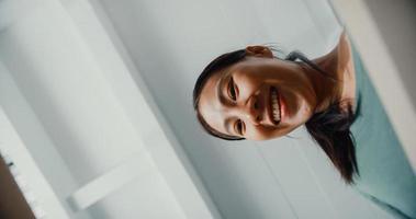 jovem asiática animada desempacotar abrindo a caixa de papelão enorme e olhando para dentro novo presente em casa. cliente feliz milenar senhora satisfeita com a compra encomendada. entrega e conceito de compras online. foto