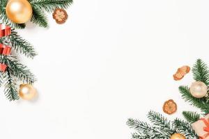 mínima criação plana lay de composição tradicional de Natal e temporada de férias de ano novo. vista superior decorações de Natal de inverno em fundo branco com espaço em branco para texto. copie a fotografia do espaço. foto