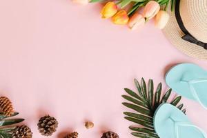 foto plana leiga criativa de viagens de férias de primavera ou moda tropical de verão. vista superior acessórios de praia em fundo de cor rosa pastel com espaço em branco para texto. fotografia do espaço da cópia da vista superior.