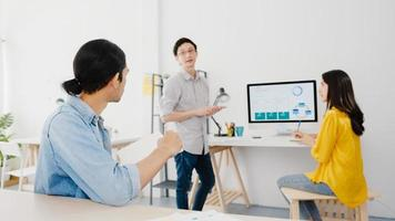 processo colaborativo de empresários multiculturais usando apresentação em laptop e reunião de comunicação para brainstorming de idéias sobre novos colegas de projeto, trabalhando na estratégia de sucesso do plano de trabalho em casa. foto