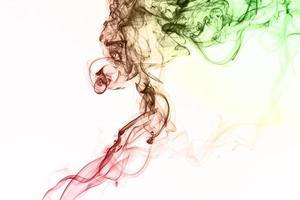 fumaça flutuando no fundo branco foto