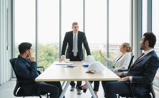 liderança sênior da engenharia civil durante a discussão da conferência com o trabalho em equipe profissional. empresários trabalhando no escritório. foto