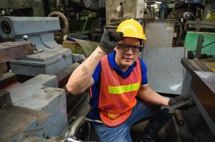 trabalhadores industriais asiáticos estão trabalhando em projetos em grandes plantas industriais, com muitos dispositivos. foto