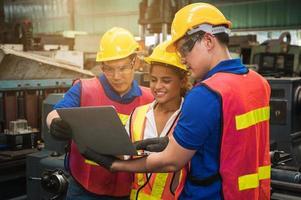 a equipe de trabalhadores industriais está trabalhando em vários projetos em uma grande fábrica industrial com muitos equipamentos. foto