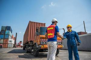 pessoal do capataz e do trabalhador portuário apertando a mão para o sucesso no trabalho no porto de carga de contêineres. conceito de transporte de exportação de importação de logística empresarial. foto