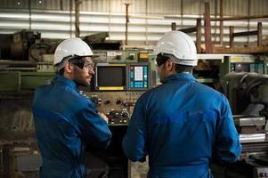 trabalhadores industriais estão trabalhando em projetos em grandes plantas industriais com muitos dispositivos. foto