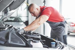 mecânico de automóveis trabalhando na garagem. serviço de reparo. foto