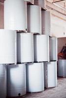 barris radioativos em uma grande fábrica de reciclagem de resíduos foto