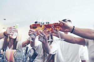 conceito de lazer e comunicação. grupo de amigos felizes e sorridentes, tomando drinks e conversando em um bar ou pub foto