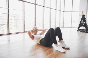 mulher levantando peso no ginásio conceito treino estilo de vida saudável esporte foto