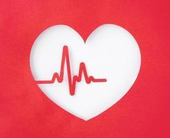 vista de cima, coração de papel cortado com batimento cardíaco foto