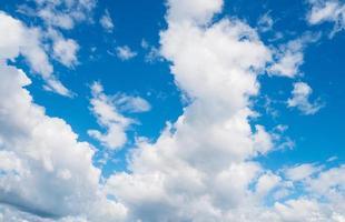 nuvens e céu azul brilhante no verão foto