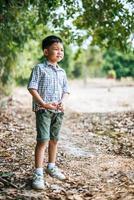 menino feliz brincando sozinho no parque foto