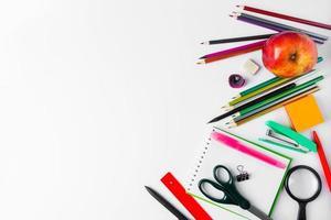 conjunto de material de escritório em um fundo branco. de volta ao conceito de escola. lugar para texto. foto