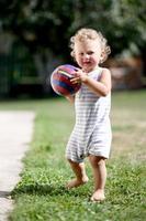 lindo menino com bola de brinquedo criança posando fotógrafo foto