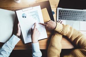 uma consultora de negócios descreve um plano de marketing para definir estratégias de negócios para mulheres empresárias. foto