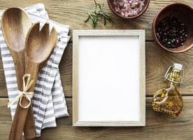 utensílios de cozinha de madeira antigos e temperos com moldura como borda foto